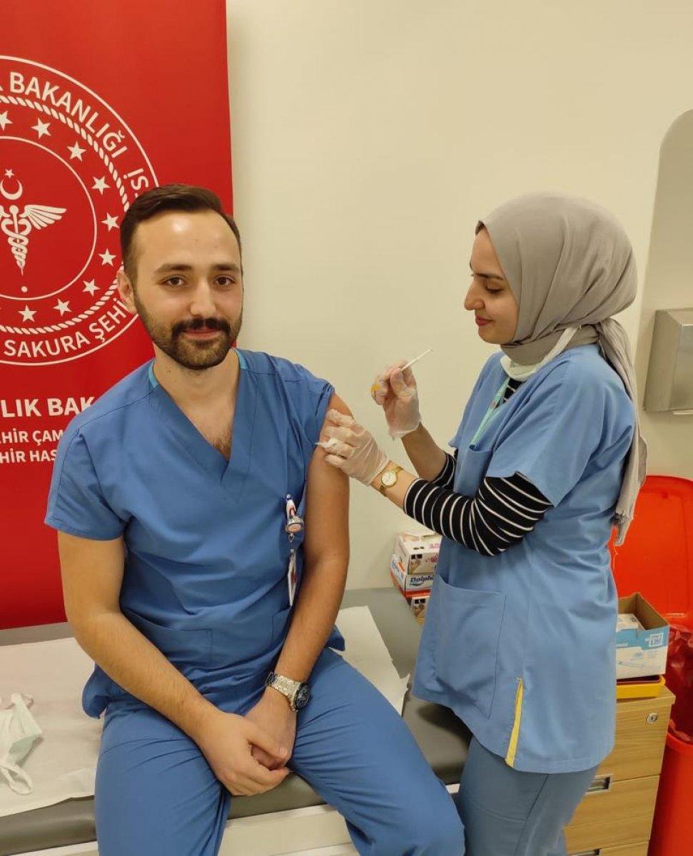 Düğünlerini yapamayan çift, birlikte aşı çalışmalarına katıldı #6