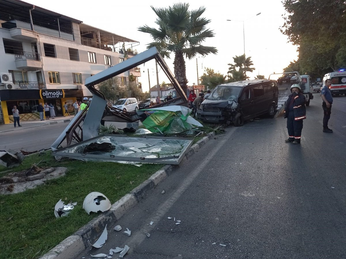 Manisa'da işçi servisi kaza yaptı: 18 yaralı  #1