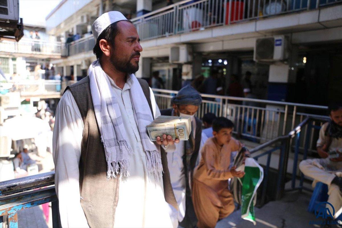 Kabil de yeniden açılan döviz bürolarına Afgan halkı yoğun ilgi gösterdi #6
