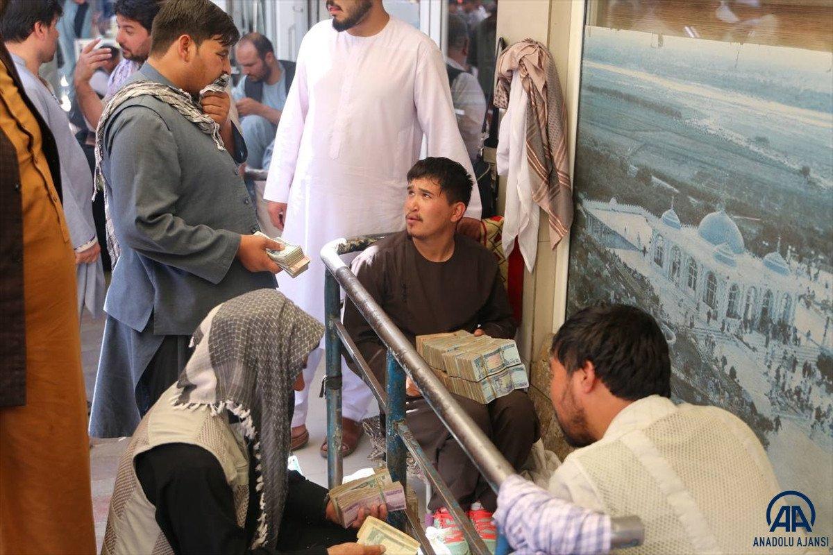 Kabil de yeniden açılan döviz bürolarına Afgan halkı yoğun ilgi gösterdi #9
