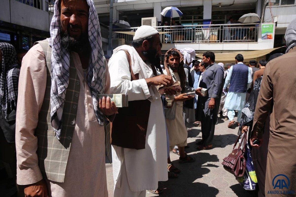 Kabil de yeniden açılan döviz bürolarına Afgan halkı yoğun ilgi gösterdi #5