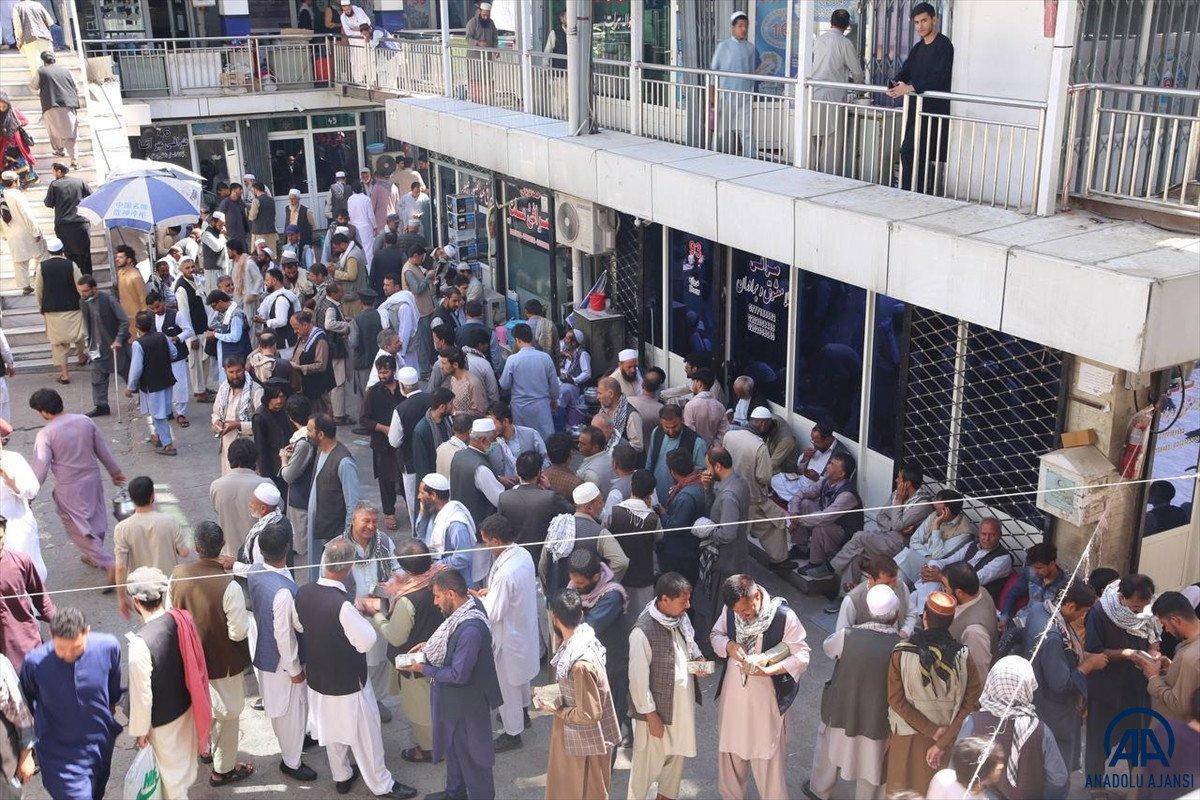 Kabil de yeniden açılan döviz bürolarına Afgan halkı yoğun ilgi gösterdi #3