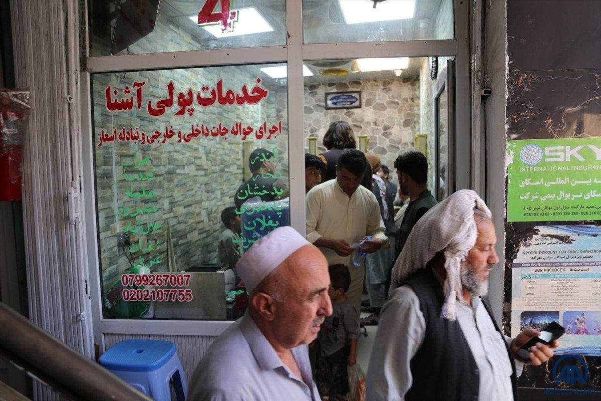 Kabil de yeniden açılan döviz bürolarına Afgan halkı yoğun ilgi gösterdi #8
