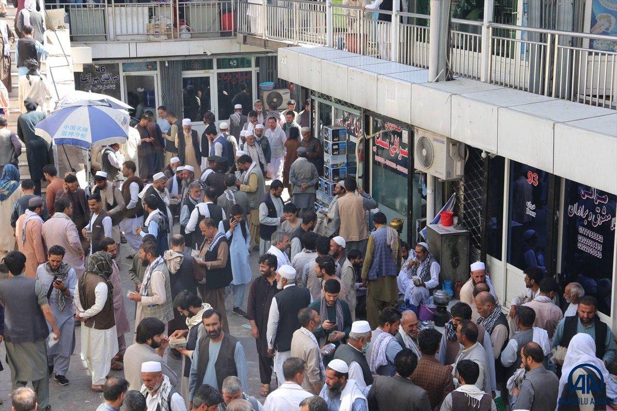 Kabil de yeniden açılan döviz bürolarına Afgan halkı yoğun ilgi gösterdi #7