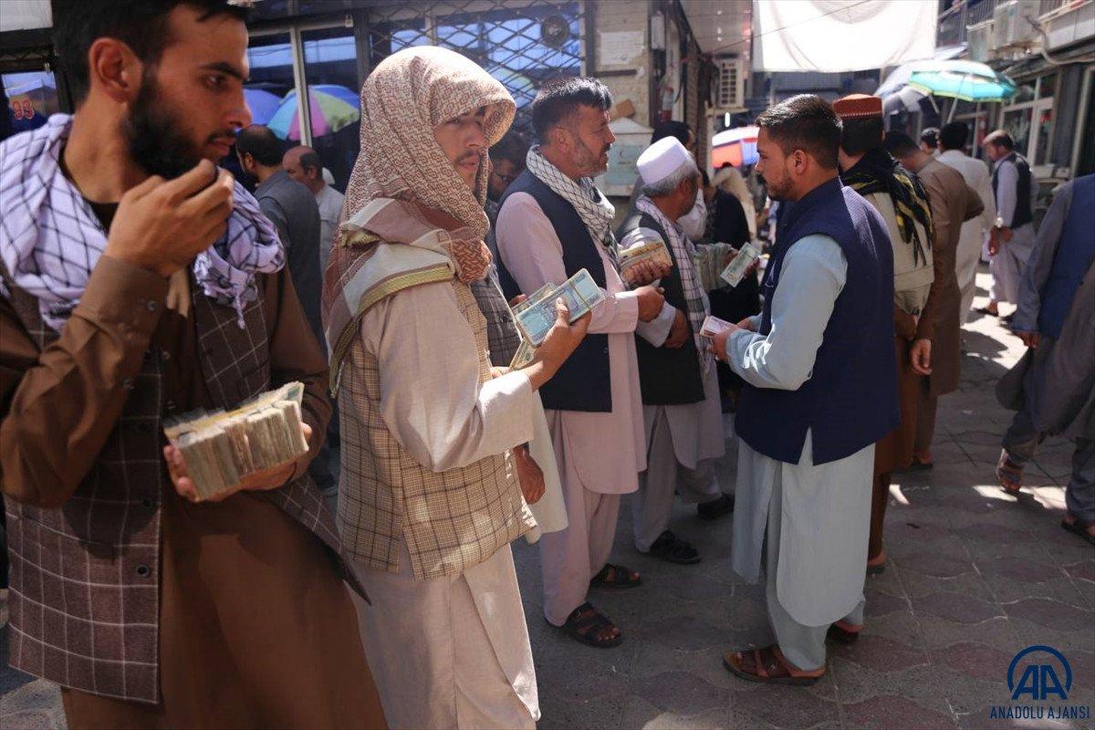 Kabil de yeniden açılan döviz bürolarına Afgan halkı yoğun ilgi gösterdi #4