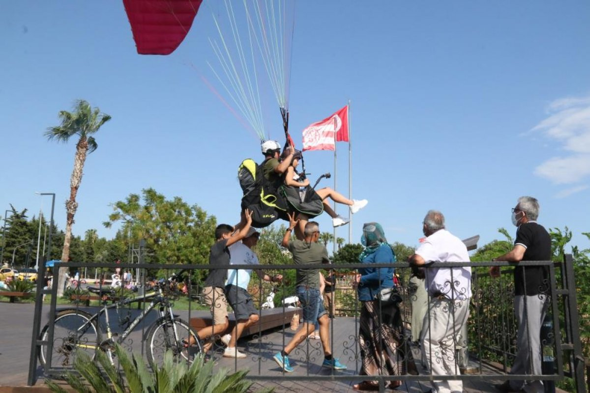 Antalya'da yasağa rağmen yamaç paraşütü yaptılar #1