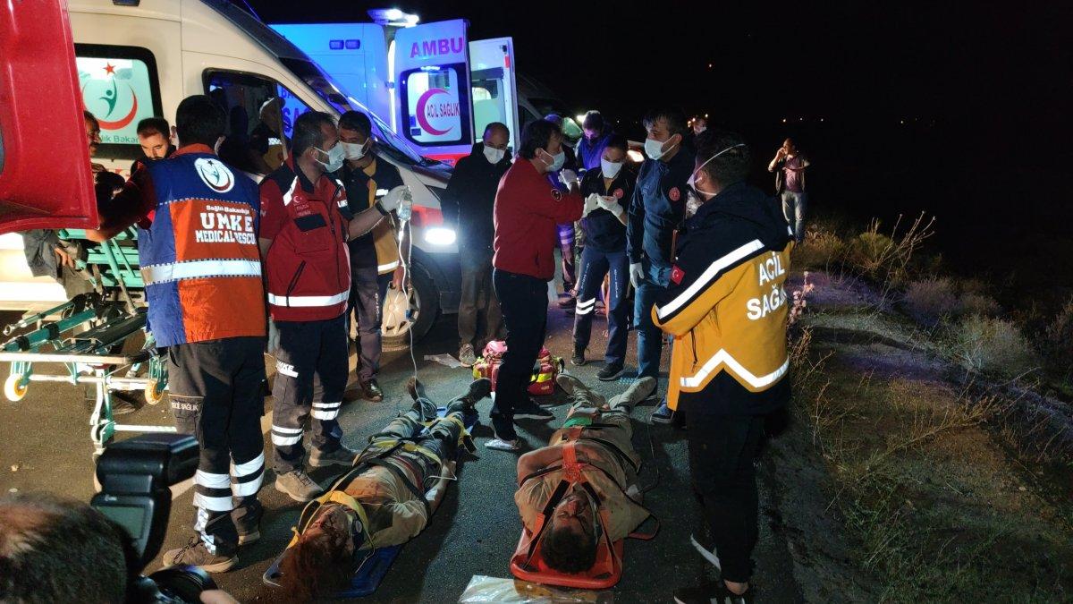 Van da kaçak göçmenlerin olduğu minibüs devrildi: 15 yaralı 1 ölü #1
