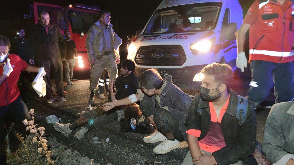 Van da kaçak göçmenlerin olduğu minibüs devrildi: 15 yaralı 1 ölü #4