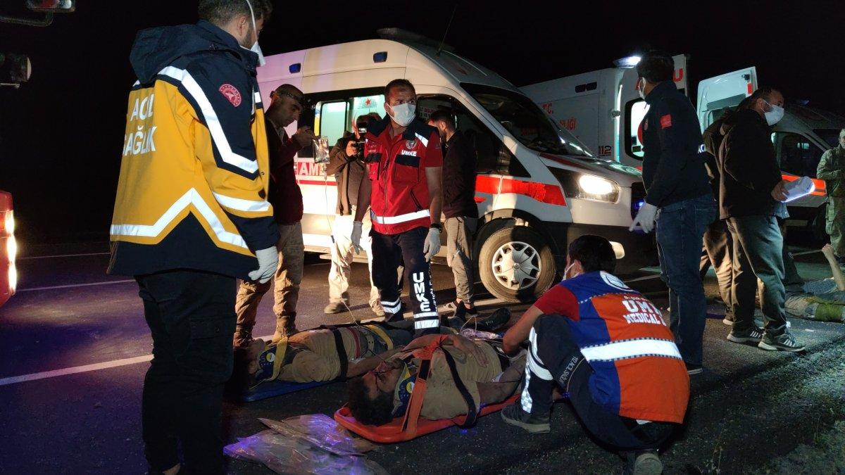 Van da kaçak göçmenlerin olduğu minibüs devrildi: 15 yaralı 1 ölü #2