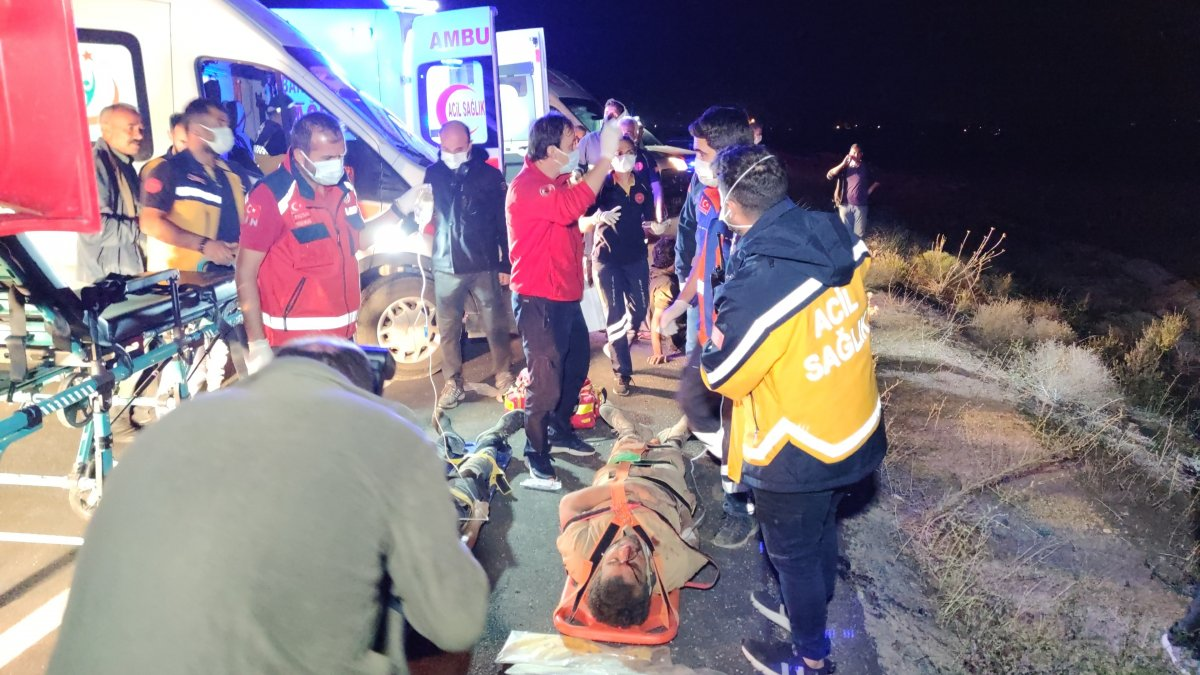 Van da kaçak göçmenlerin olduğu minibüs devrildi: 15 yaralı 1 ölü #3
