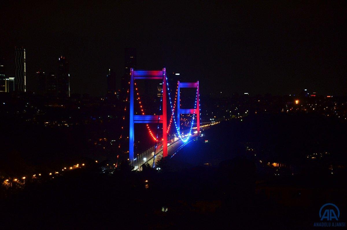 İstanbul da köprüler DMD hastalığı farkındalığı için ışıklandırıldı #5