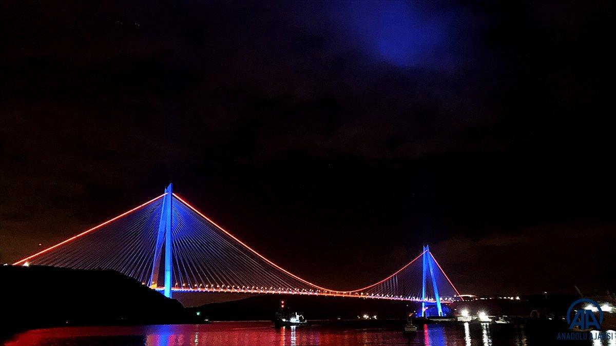 İstanbul da köprüler DMD hastalığı farkındalığı için ışıklandırıldı #1