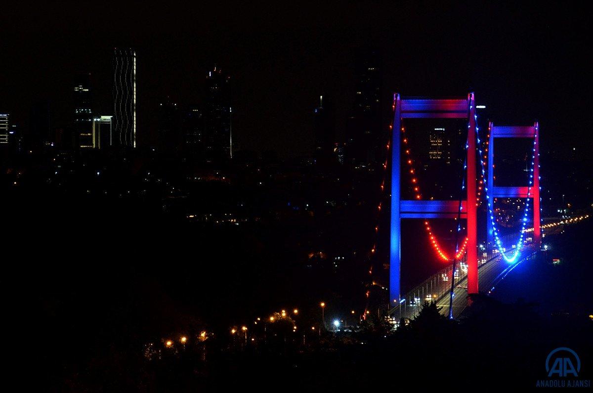 İstanbul da köprüler DMD hastalığı farkındalığı için ışıklandırıldı #4