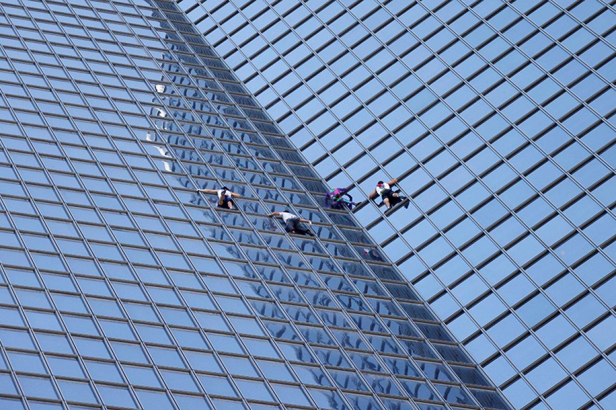 Alain Robert, Paris te gökdelene tırmandı #4