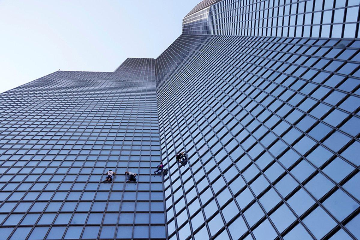 Alain Robert, Paris te gökdelene tırmandı #1