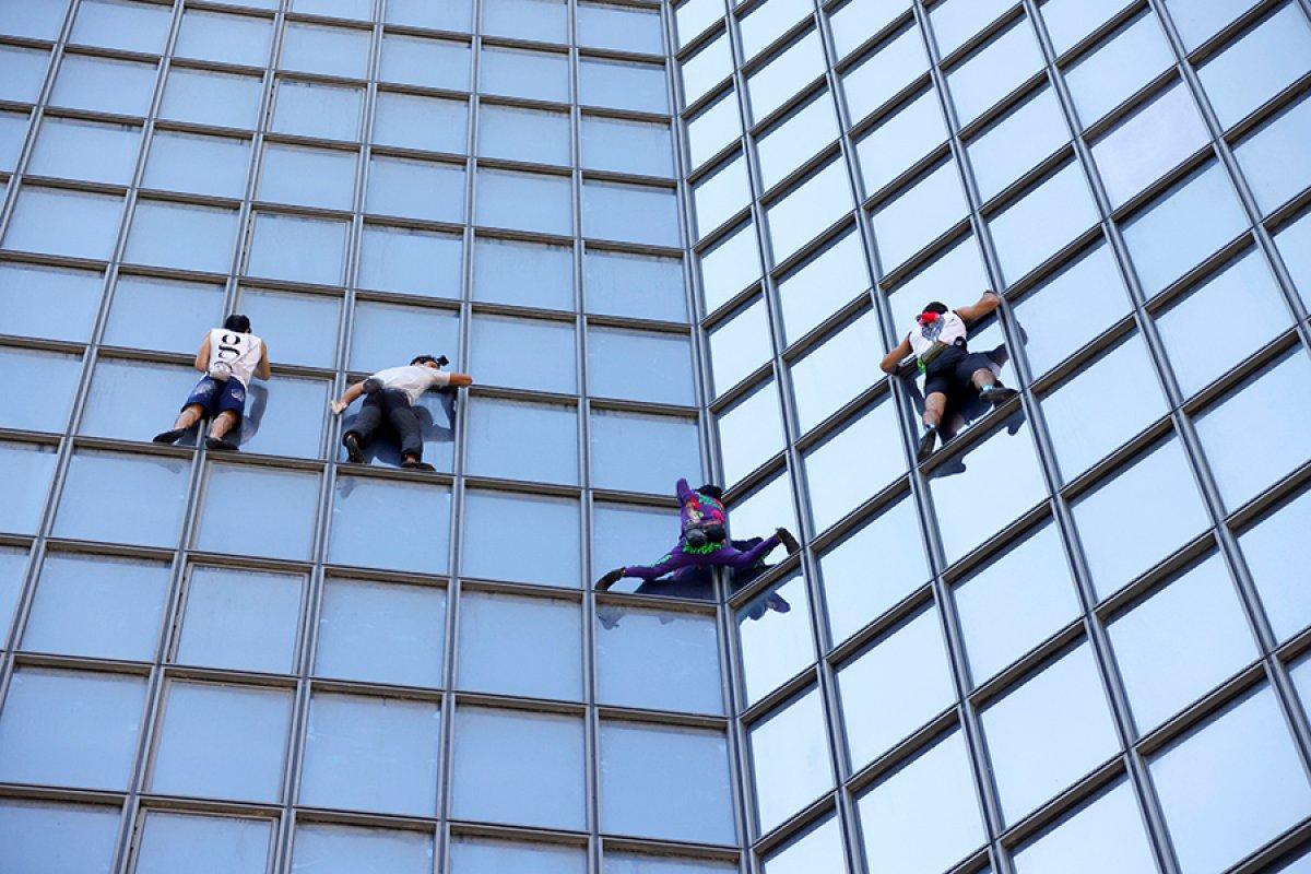 Alain Robert, Paris te gökdelene tırmandı #2