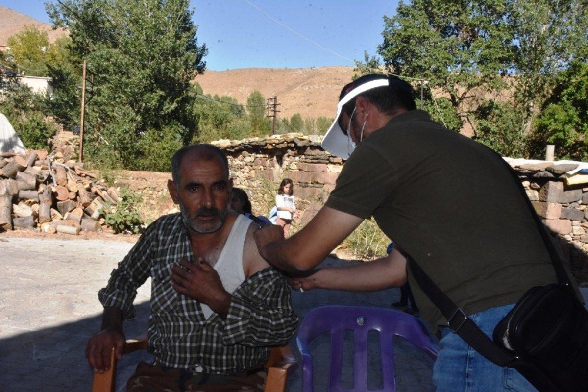 Bitlis te kadın sağlıkçı, camiden aşı anonsu yaptı #1