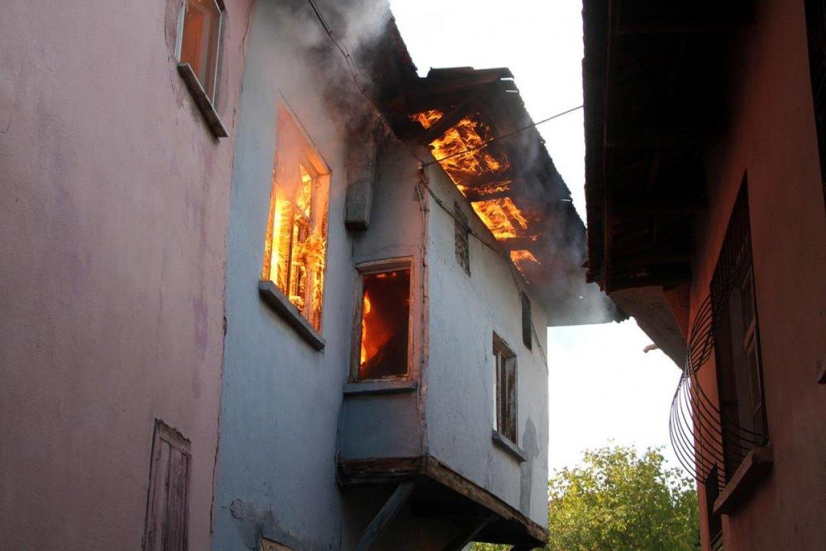 Manisa da tarihi sokakta yangın çıktı: 2 taş ev küle döndü #2