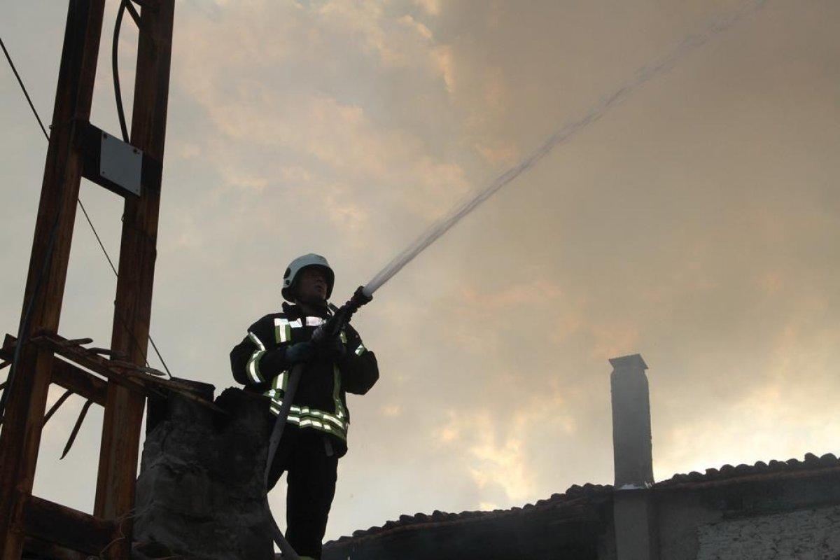 Manisa da tarihi sokakta yangın çıktı: 2 taş ev küle döndü #4