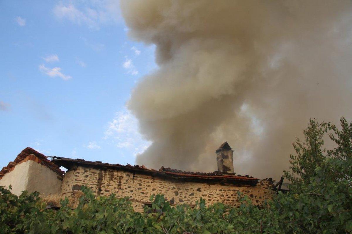 Manisa da tarihi sokakta yangın çıktı: 2 taş ev küle döndü #5