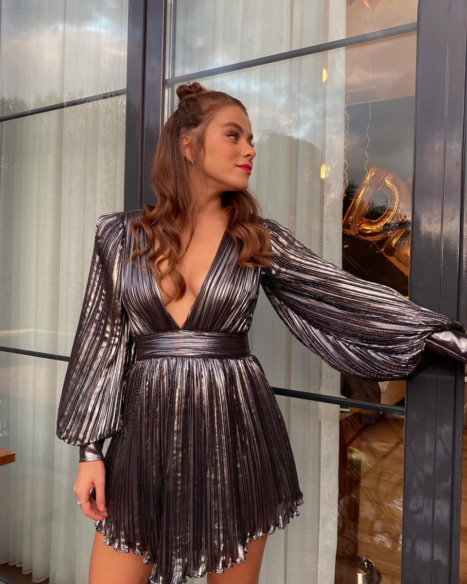 İlayda Alişan ın derin dekolteli elbisesi #5