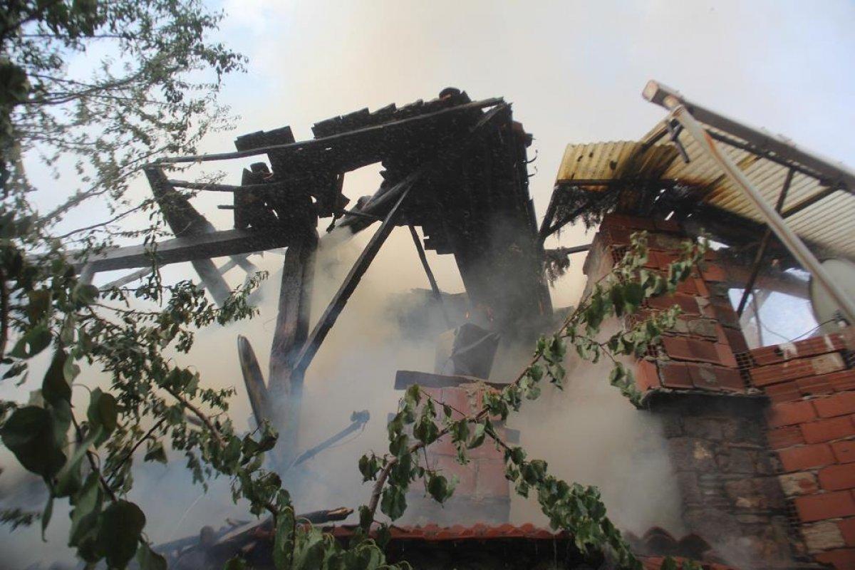 Manisa da tarihi sokakta yangın çıktı: 2 taş ev küle döndü #7