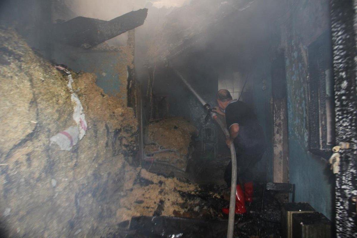 Manisa da tarihi sokakta yangın çıktı: 2 taş ev küle döndü #8