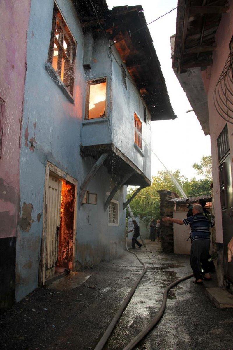 Manisa da tarihi sokakta yangın çıktı: 2 taş ev küle döndü #9