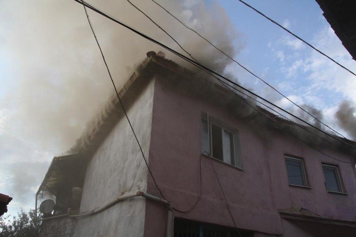 Manisa da tarihi sokakta yangın çıktı: 2 taş ev küle döndü #1