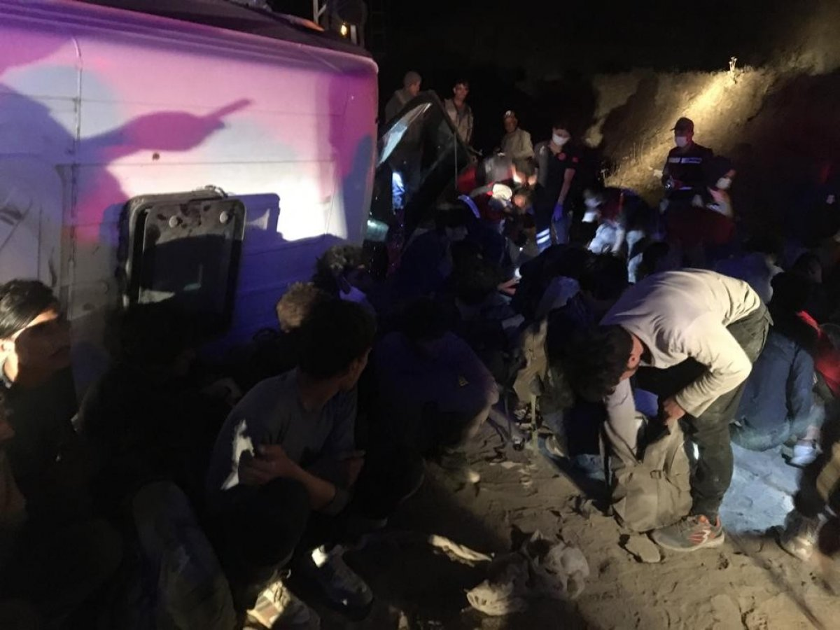 Van da kaçak göçmenleri taşıyan minibüs devrildi: 9 yaralı #2