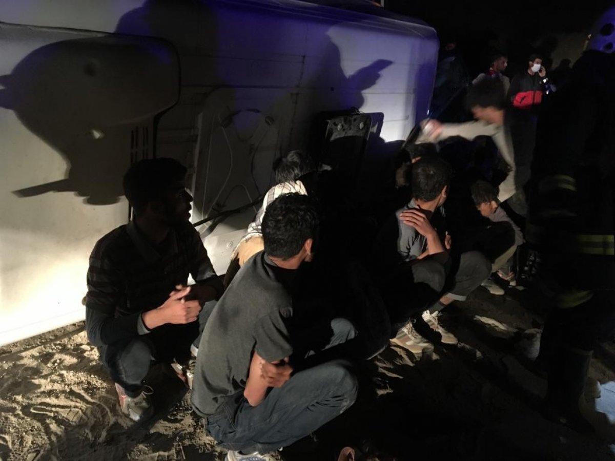 Van da kaçak göçmenleri taşıyan minibüs devrildi: 9 yaralı #1