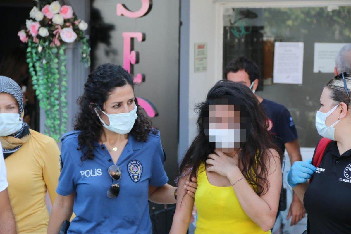 Antalya da evine haciz gelen genç kız çatıya çıktı #3