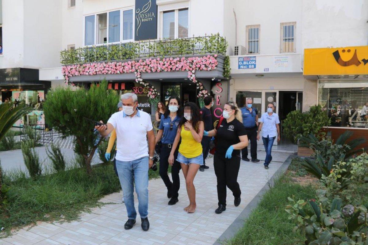 Antalya da evine haciz gelen genç kız çatıya çıktı #4