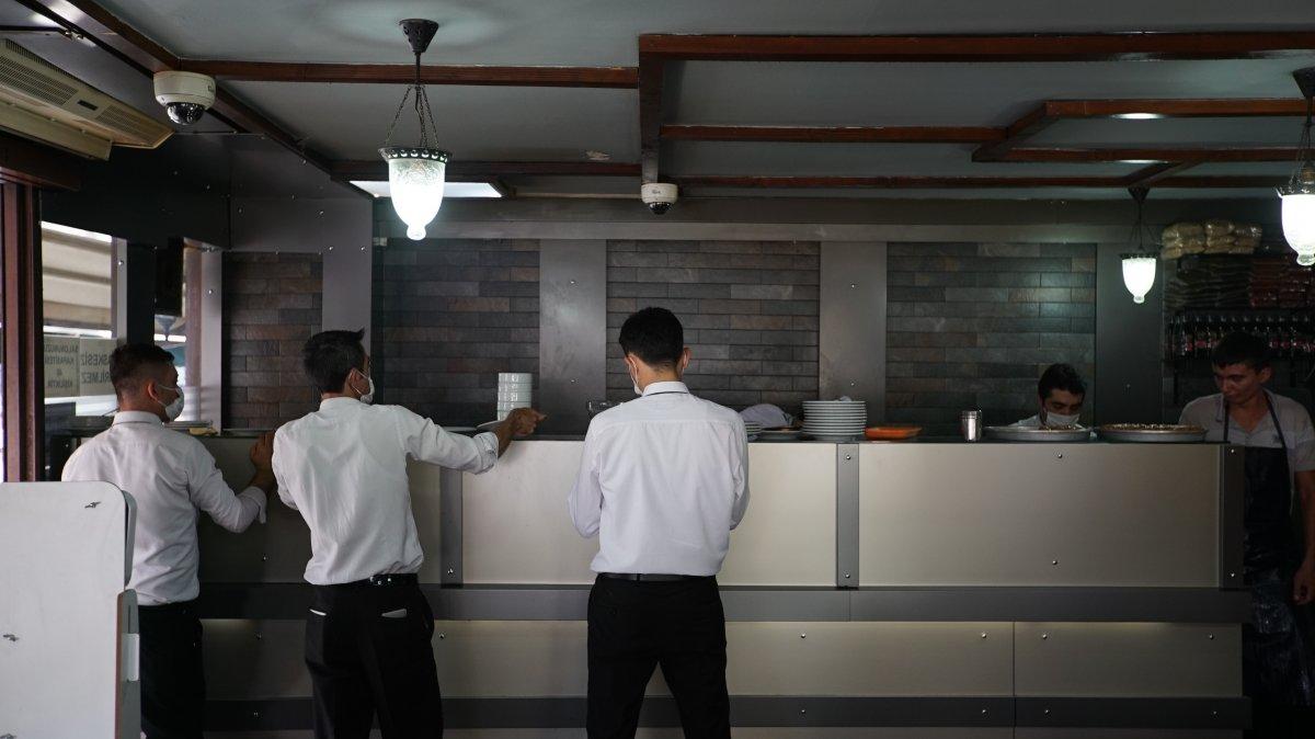 İstanbul da 8 bin 400 lira maaş veren kebapçı, garson bulamıyor #3