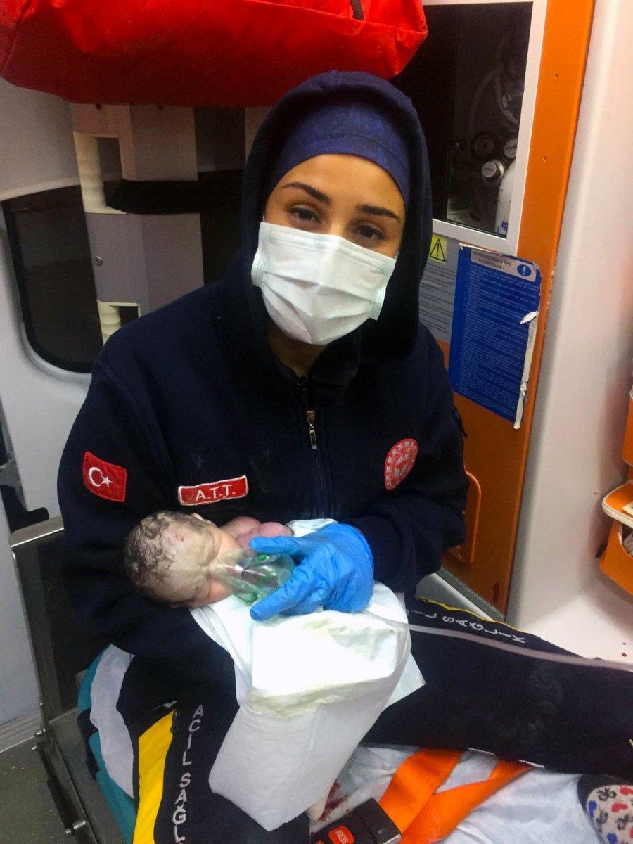 Burdur da doğum esnasında kalbi duran bebek hayata geri döndü #1