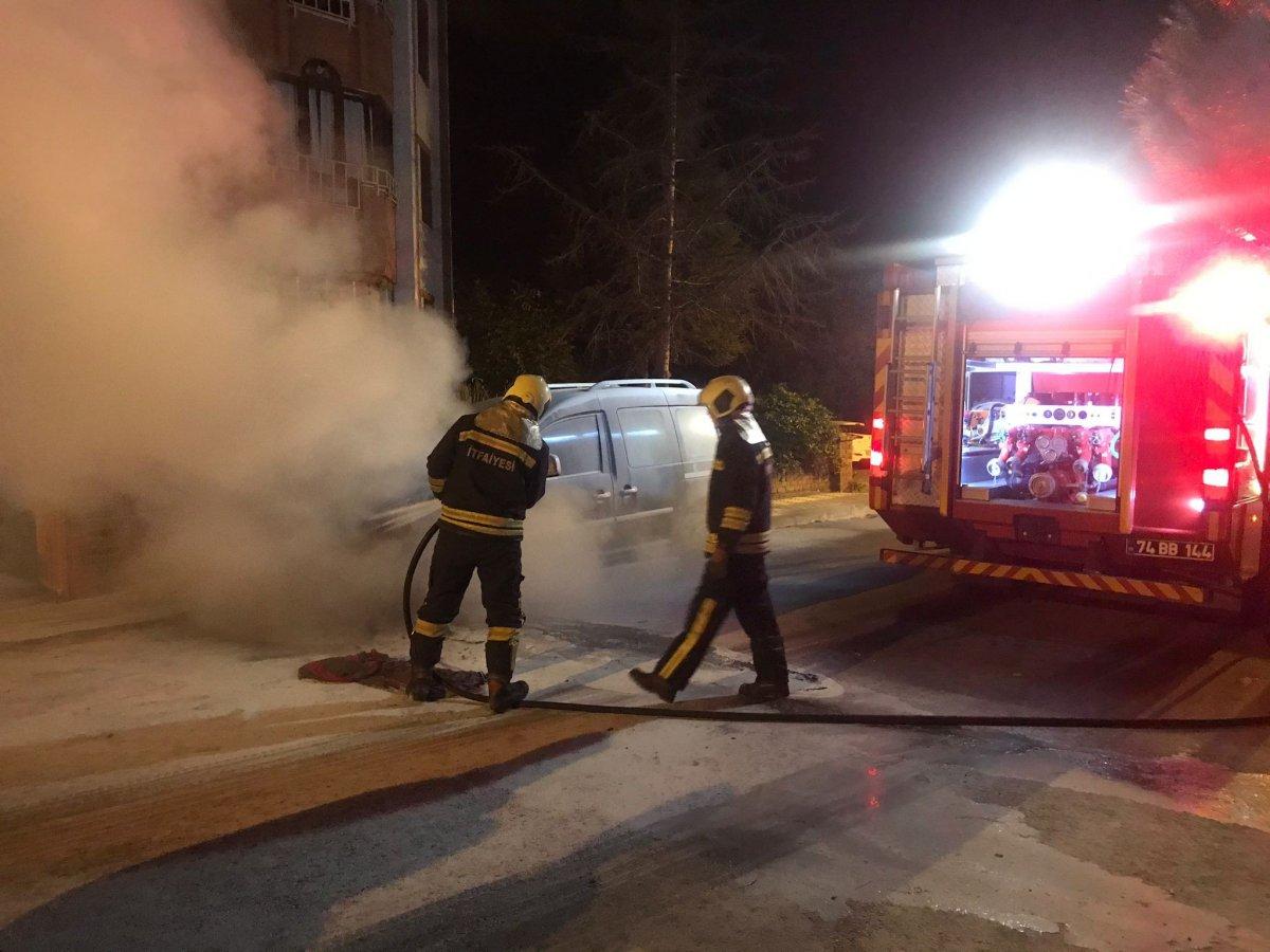 Bartın da park halindeki araç yandı #2