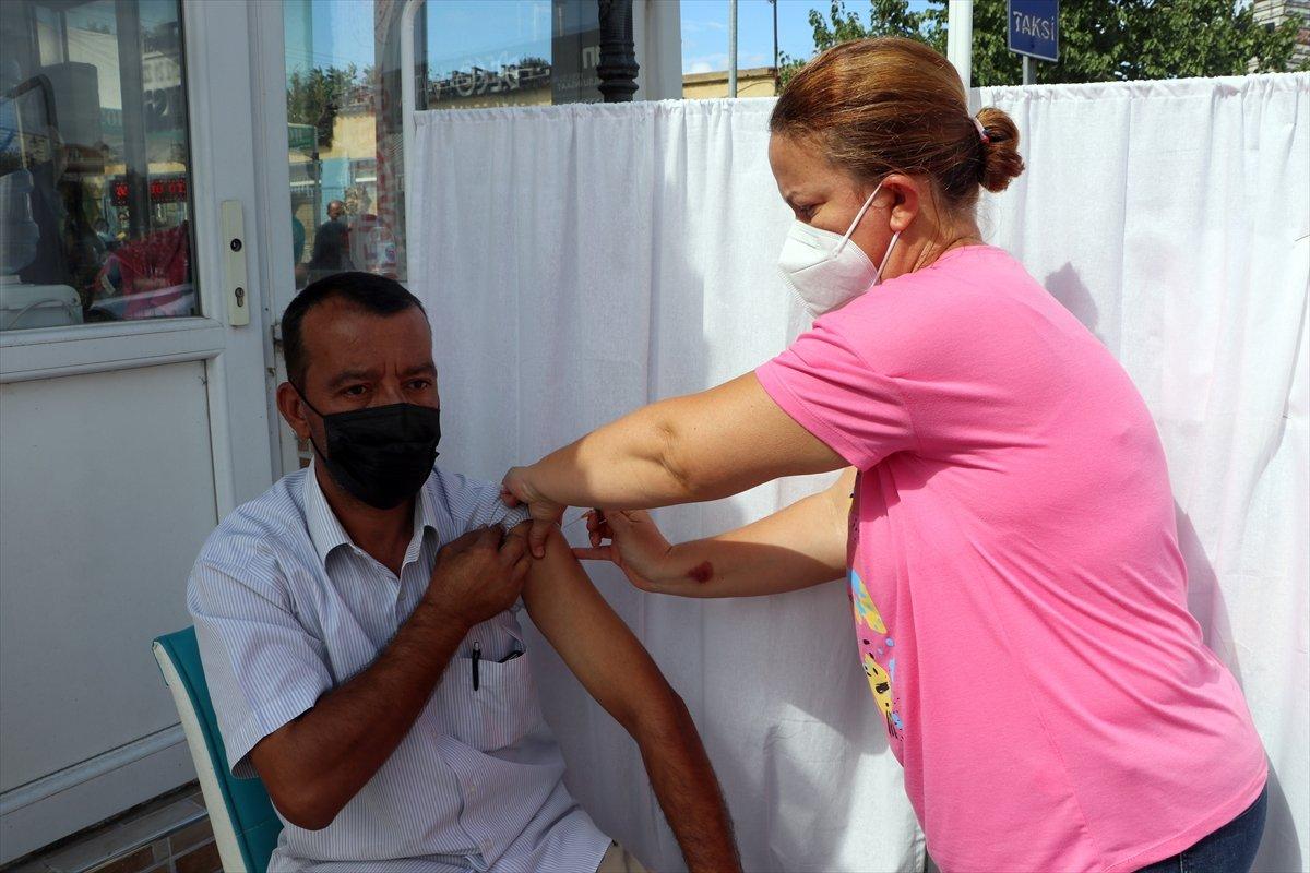 Edirne'de, Ulus Pazarı girişinde aşı noktası kuruldu #2