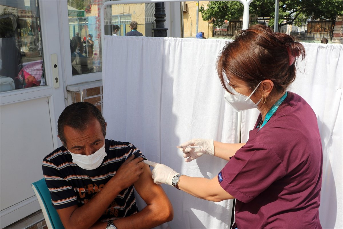 Edirne'de, Ulus Pazarı girişinde aşı noktası kuruldu #1