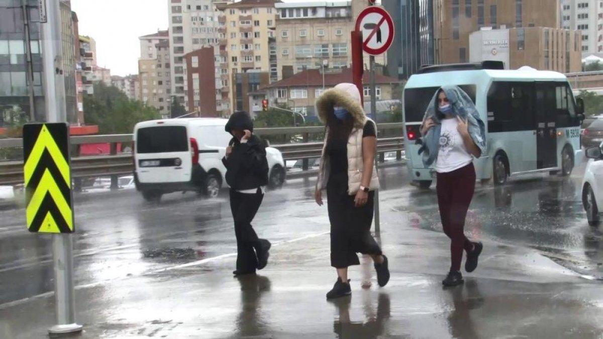 İstanbul'da sabah saatlerinde başlayan sağanak yağış, hayatı olumsuz etkiledi #5