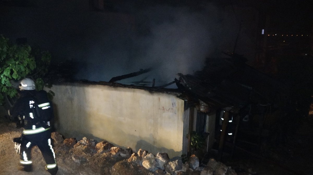 Antalya da çakmakla oynayan kız evi yaktı #1