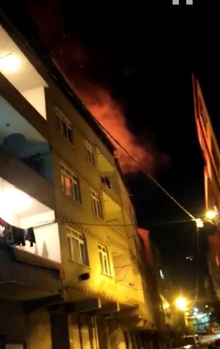 İstanbul da tinerciler binanın çatısını yaktı #2