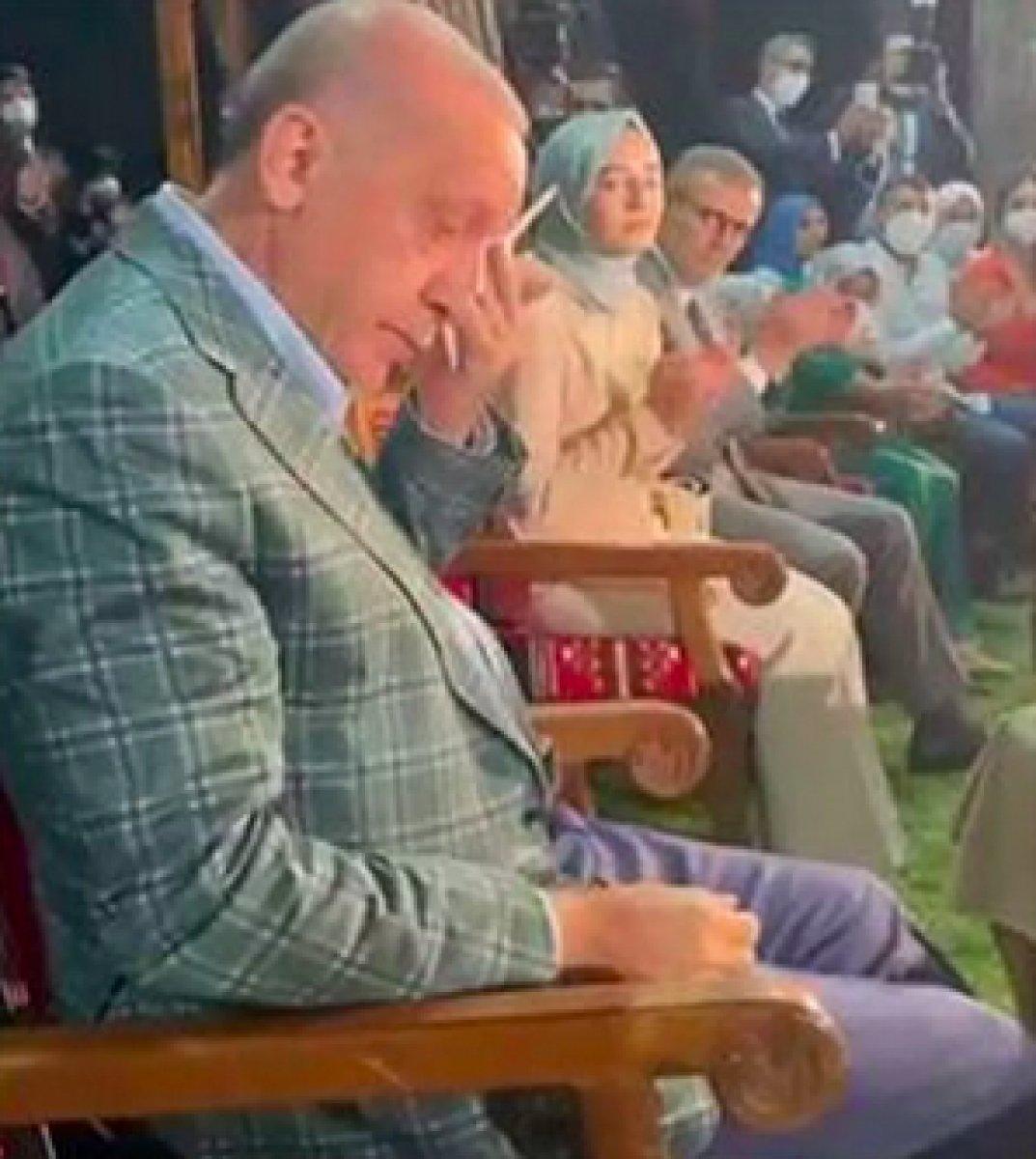 Cumhurbaşkanı Erdoğan, 22 yıl önce seslendirdiği şiiri dinleyince gözyaşlarına hakim olamadı #1