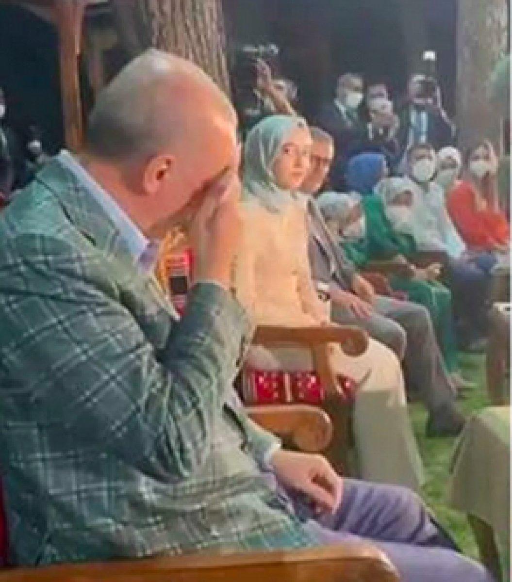 Cumhurbaşkanı Erdoğan, 22 yıl önce seslendirdiği şiiri dinleyince gözyaşlarına hakim olamadı #2