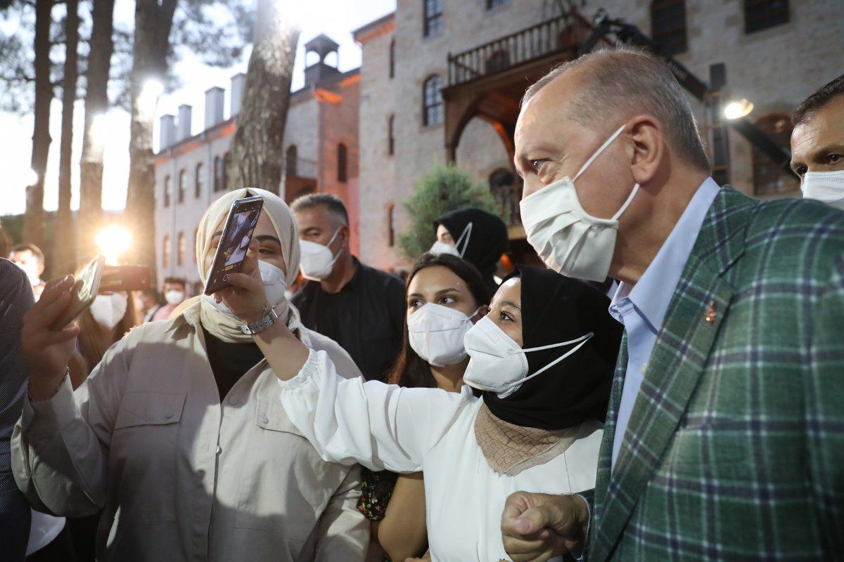 Cumhurbaşkanı Erdoğan şiir gecesinde gençlerle buluştu #1