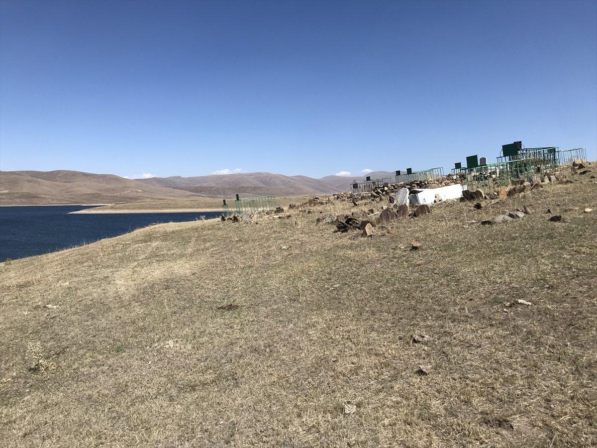 Erzurum da baraj sularının çekilmesiyle mezarlık ortaya çıktı #4