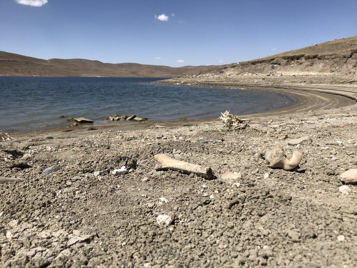 Erzurum da baraj sularının çekilmesiyle mezarlık ortaya çıktı #1