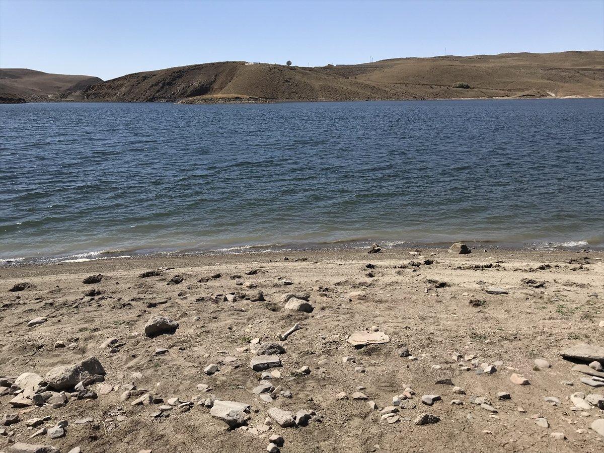 Erzurum da baraj sularının çekilmesiyle mezarlık ortaya çıktı #3