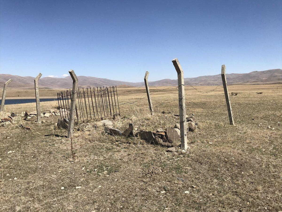 Erzurum da baraj sularının çekilmesiyle mezarlık ortaya çıktı #5