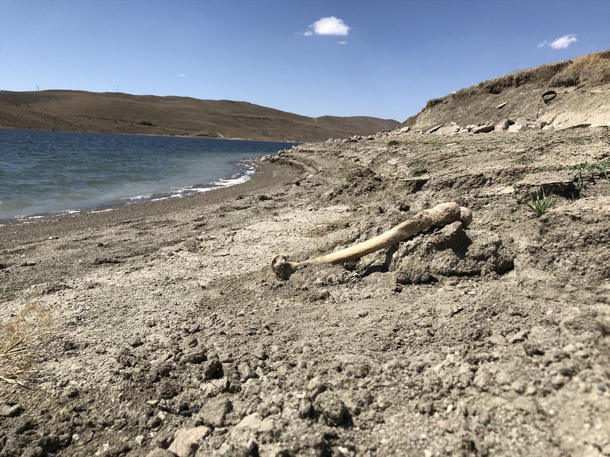 Erzurum da baraj sularının çekilmesiyle mezarlık ortaya çıktı #2