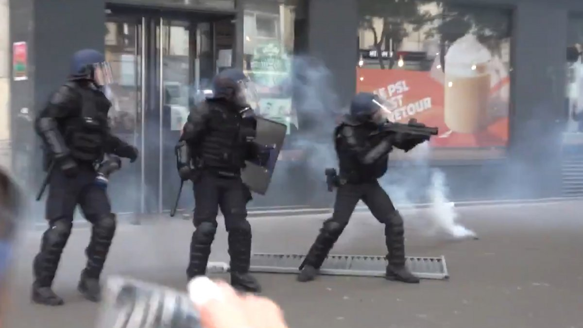 Fransa da koronavirüs protestosunda göstericiler polisle çatıştı #5